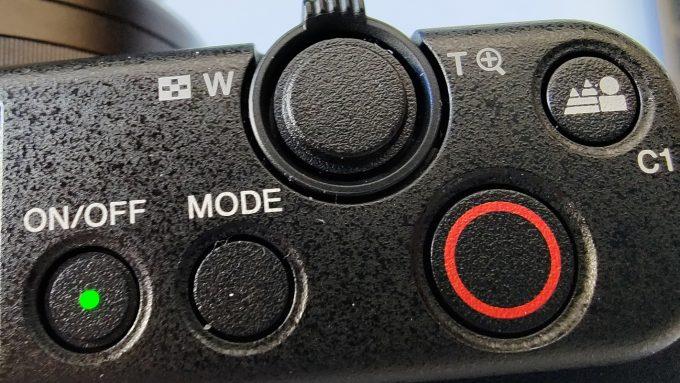 Sony ZV-1 Oberseite: Hintergrund Defokus Knopf und Videoauslöser